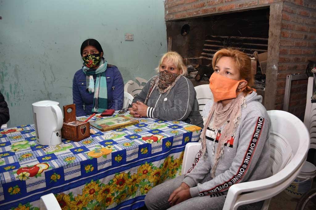 EN EQUIPO. Pitu abre las puertas de su propia casa los días sábados, para cocinar junto a un grupo de colaboradoras para 240 personas. Crédito: Flavio Raina