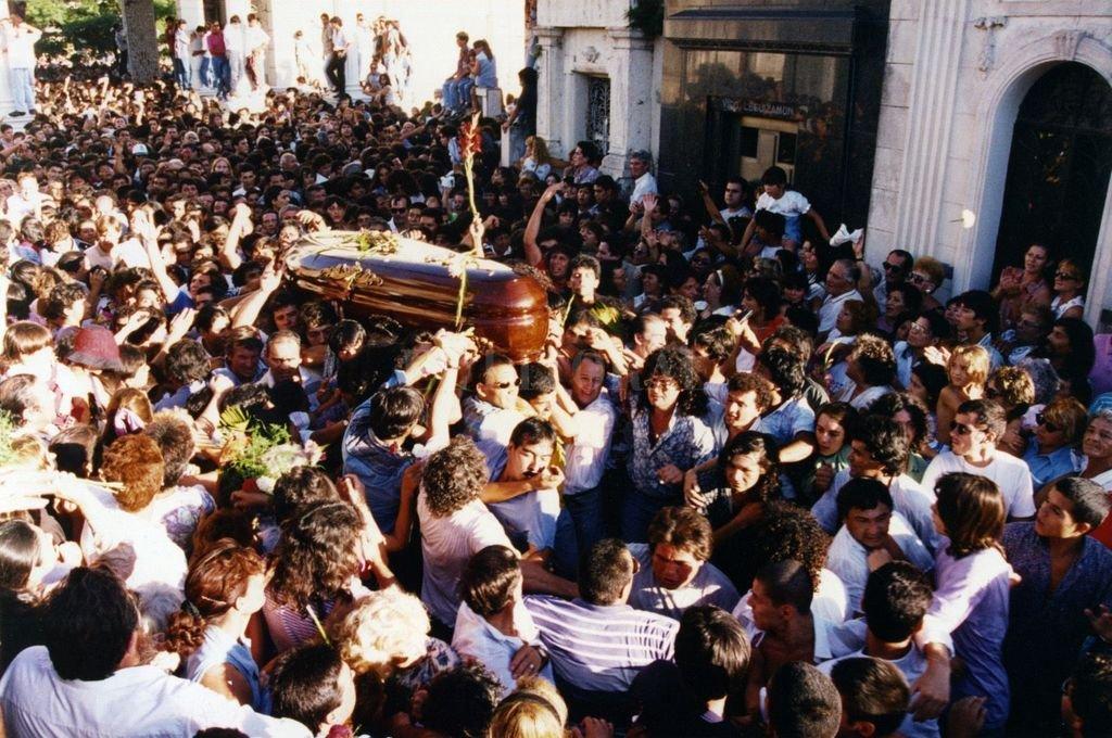 El 9 de enero una multitud de santafesinos se convocó para despedir a Carlos Monzón.  Crédito: Archivo El Litoral