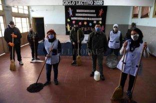 Asistentes escolares ponen a punto las escuelas de Santa Fe