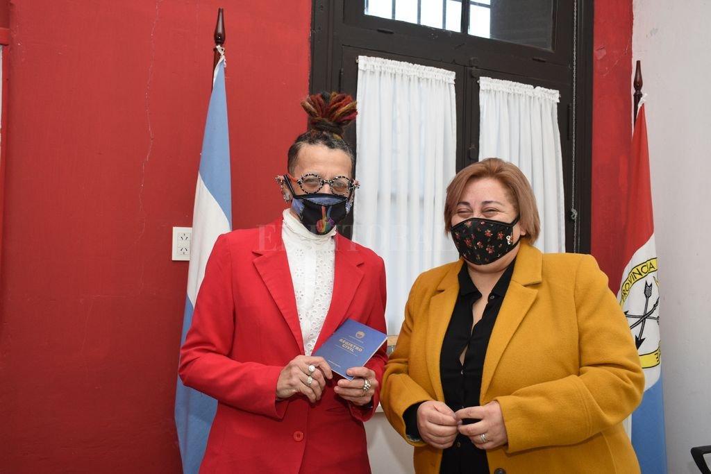 Alejandra Aragón y Andrea Ruiz en la oficina del Registro Civil ubicada en el Prado Español. Crédito: Flavio Raina