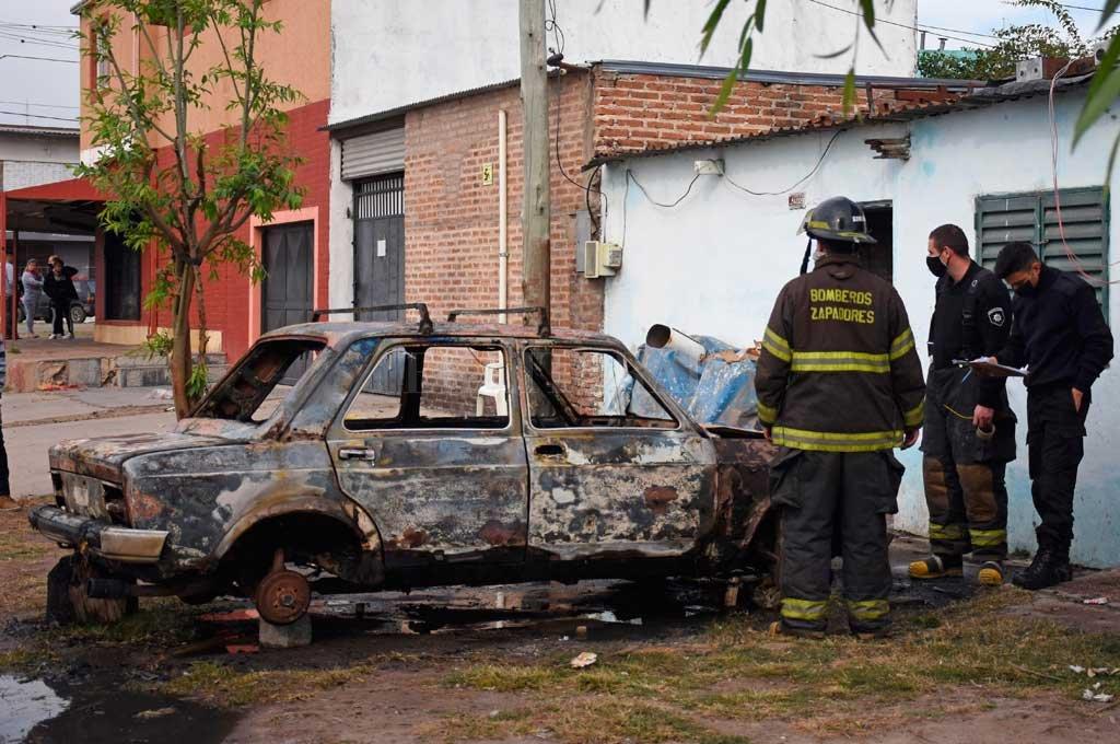 La escalada de violencia fue de menor a mayor y este lunes balearon una casa y incendiaron un auto en Pedro Centeno al 4000. Crédito: Pablo Aguirre