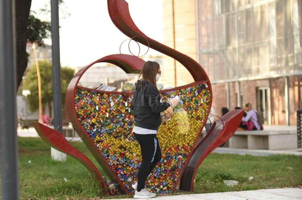 Campaña. El monumento con forma de corazón recibe las tapitas de la ciudad a metros de El Molino Fábrica Cultural.    Crédito: Manuel Fabatía