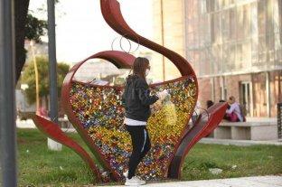 """En el """"corazón"""" solidario se juntaron 3 mil kilos de tapitas para el ecógrafo"""