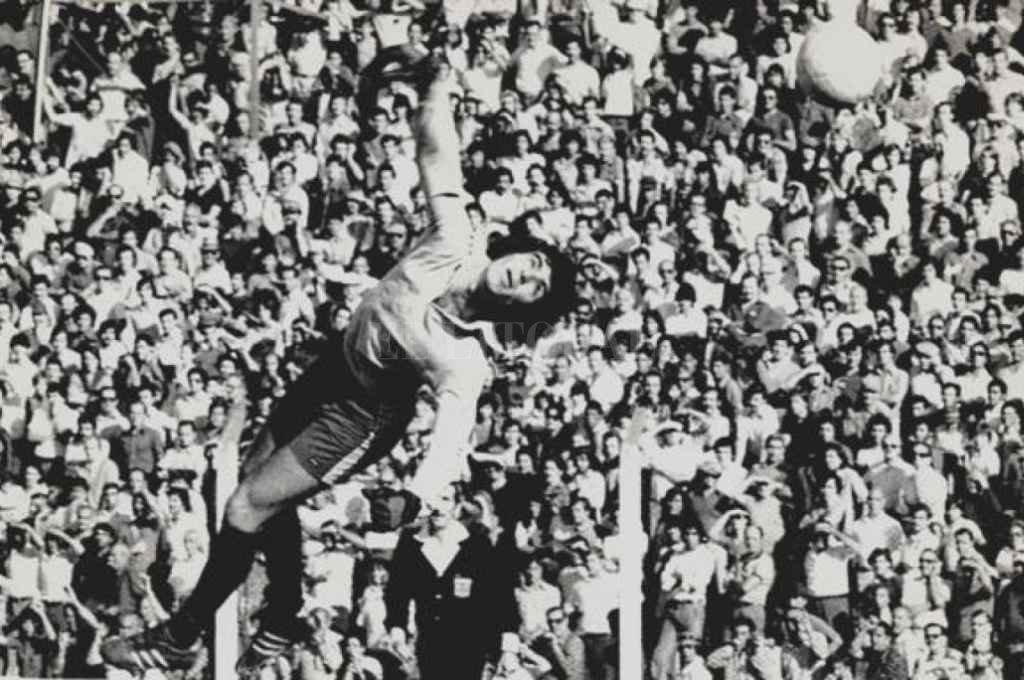 Carlos Barisio y un vuelo para desviar la pelota en cancha de Gimnasia. Atajando para Ferro formó parte de equipos inolvidables y exitosos y tiene un record que, en la A, aún se mantiene.    Crédito: Archivo