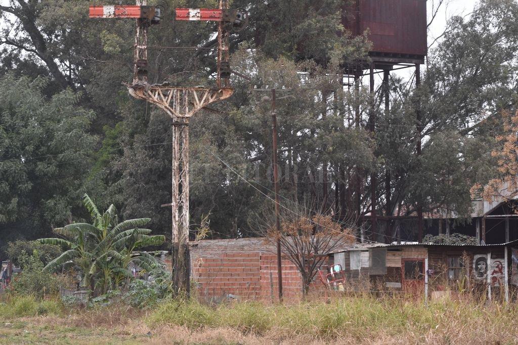 """Irregular. Entre los """"esqueletos"""" de lo que supo ser la estructura ferroviaria de la Belgrano, hace más de tres décadas que se vienen levantando casas en terrenos fiscales.  Crédito: Flavio Raina"""