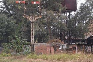 """Asentamiento detrás de la ex Estación: """"Hace falta una solución de fondo"""" - Irregular. Entre los """"esqueletos"""" de lo que supo ser la estructura ferroviaria de la Belgrano, hace más de tres décadas que se vienen levantando casas en terrenos fiscales.  -"""