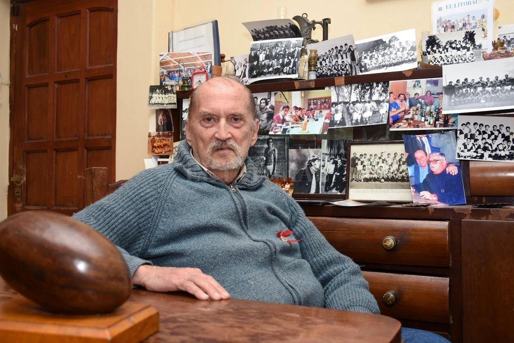Alfredo Doldán, en uno de los sitios predilectos de su hogar, rodeado de recuerdos relacionados al rugby. Crédito: Pablo Aguirre