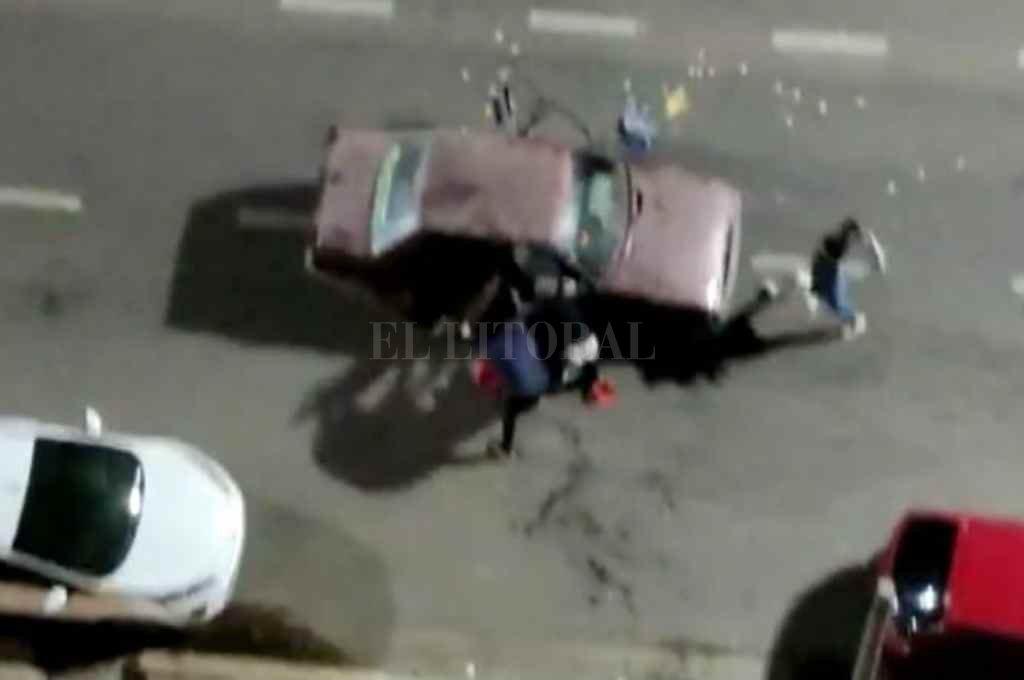 """Alte.  Brown y Ceballos. En el video se puede observar como un grupo de jóvenes que venía """"compitiendo"""" agarraron a patadas  a un Renault e intentaron arrancarle las puertas.         Crédito: Gentileza"""