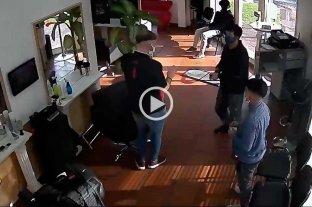 Video: fue a cortarse el pelo con su hijo y antes de irse asaltaron al peluquero