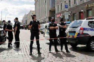 Ucrania: un hombre se atrincheró en un banco y amenaza con hacerlo explotar