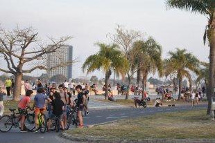 """Se pronostica una semana de """"veranito"""" en la ciudad de Santa Fe - Este domingo los santafesinos colmaron la costanera por las altas temperaturas. -"""