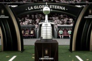 La Conmebol donó la réplica de la Copa Libertadores y nominó a Maradona