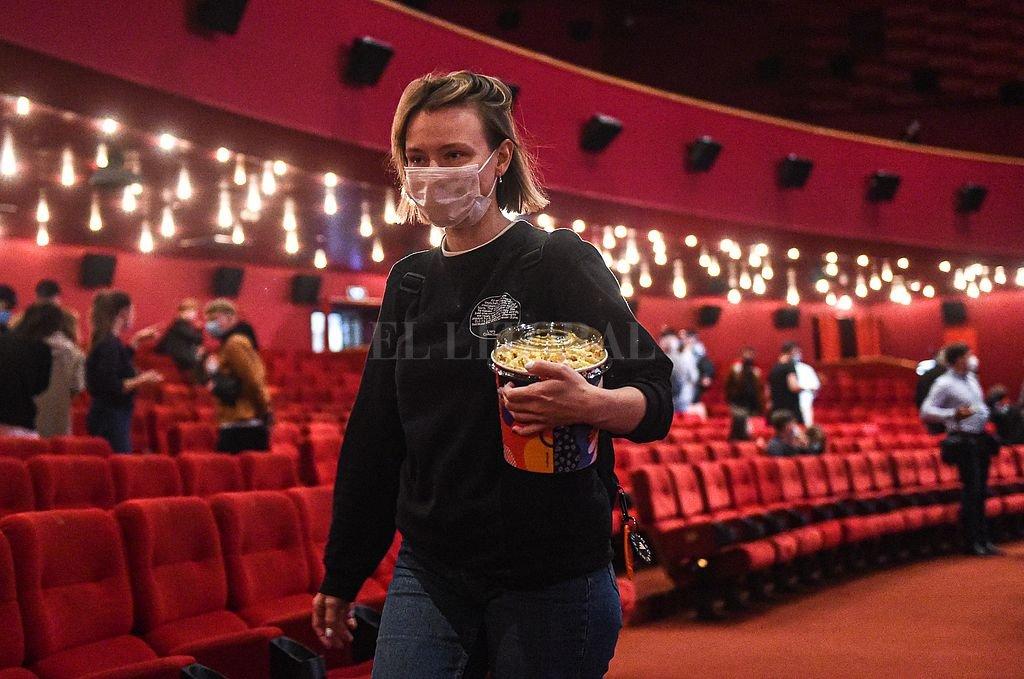 En Moscú, los cines reabrieron con un número de afluencia limitado. Rusia figura en el cuarto lugar en cantidad de contagios con 849.277 infectados y 14.104 decesos. Crédito: Xinhua