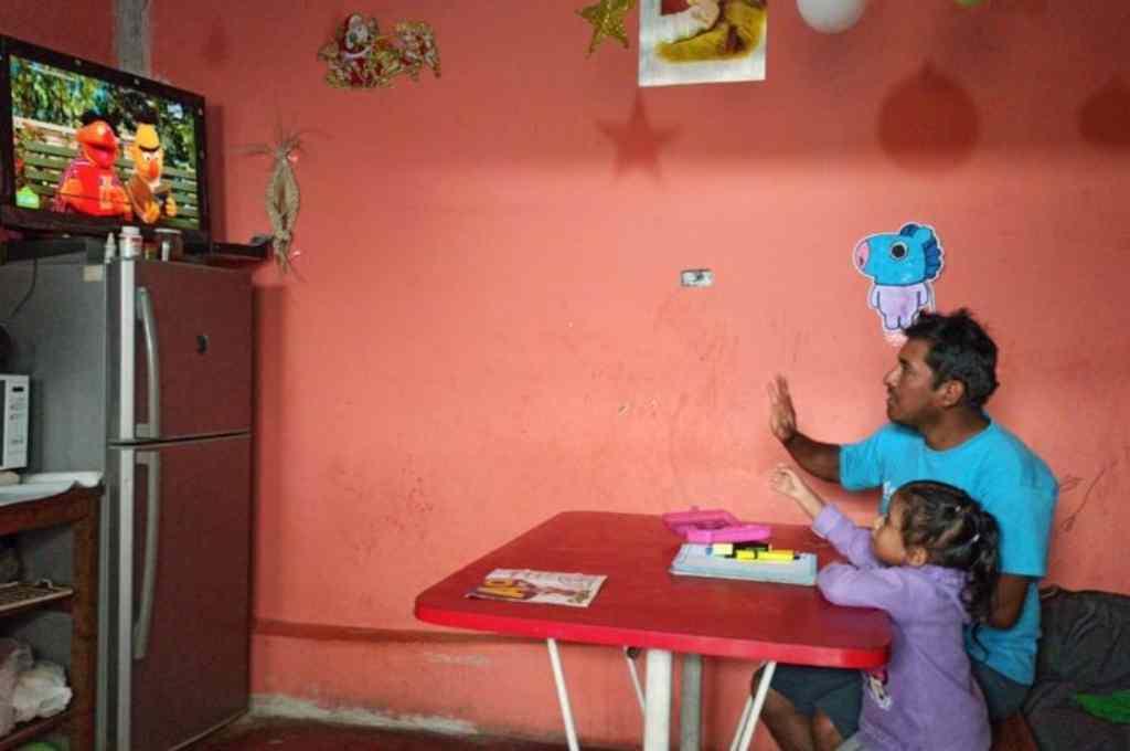 Con escuelas cerradas, los niños de todo el mundo deben aprender de formas alternativas, lidiando con los problemas de conectividad.    Crédito: Gentileza