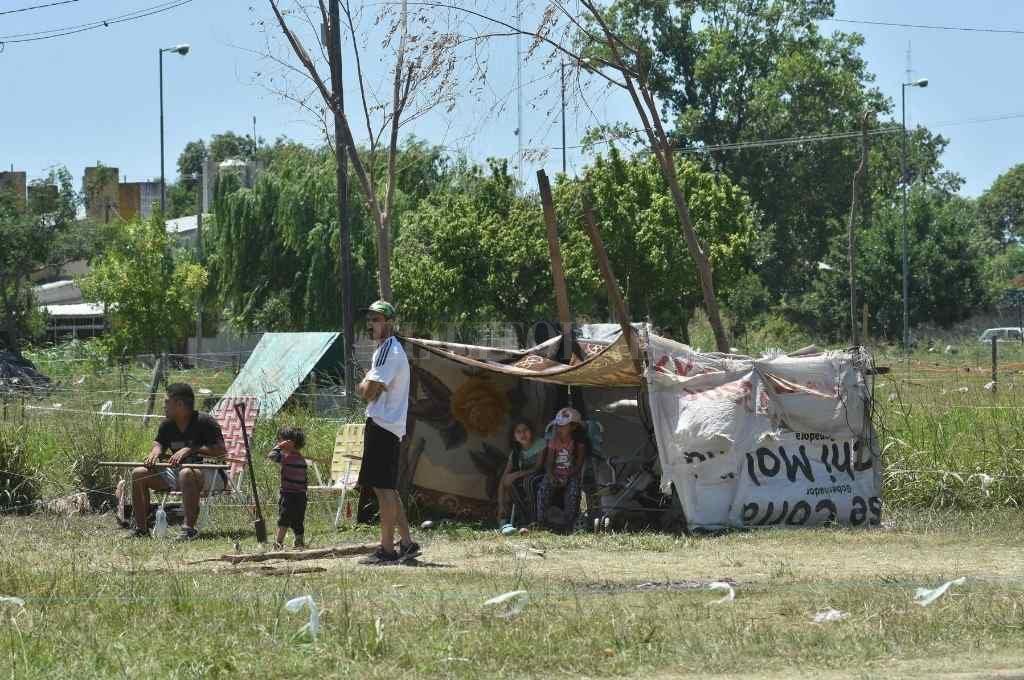 En zona norte. Atrás del CIC de Facundo Zuviría, uno de los asentamientos más importantes de los últimos tiempos en la ciudad.     Crédito: Mauricio Garín