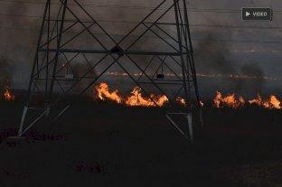 Dramática quema de pastizales  a metros del Puente Carretero -  -