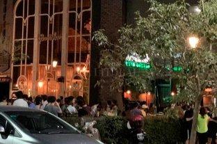 Polémica por un bar de la Recoleta porteña abierto y lleno de gente