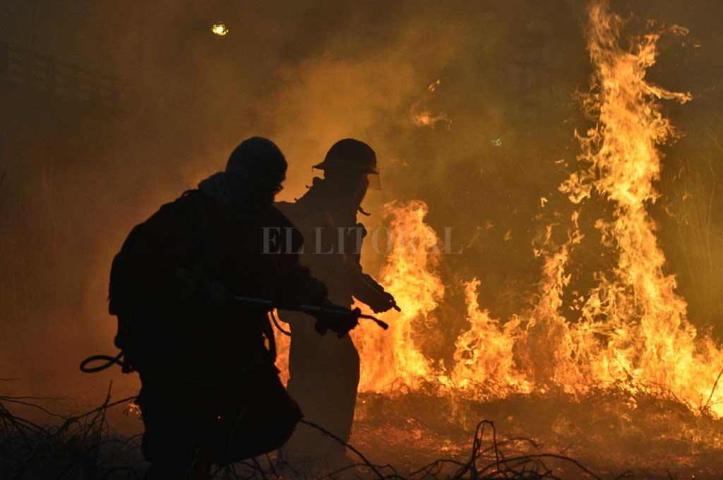 Full time. Los 9 bomberos zapadores que actuaron este miércoles en la isla y luego en Santo Tomé, debieron sofocar además otros 17 incendios. Crédito: Manuel Alberto Fabatía