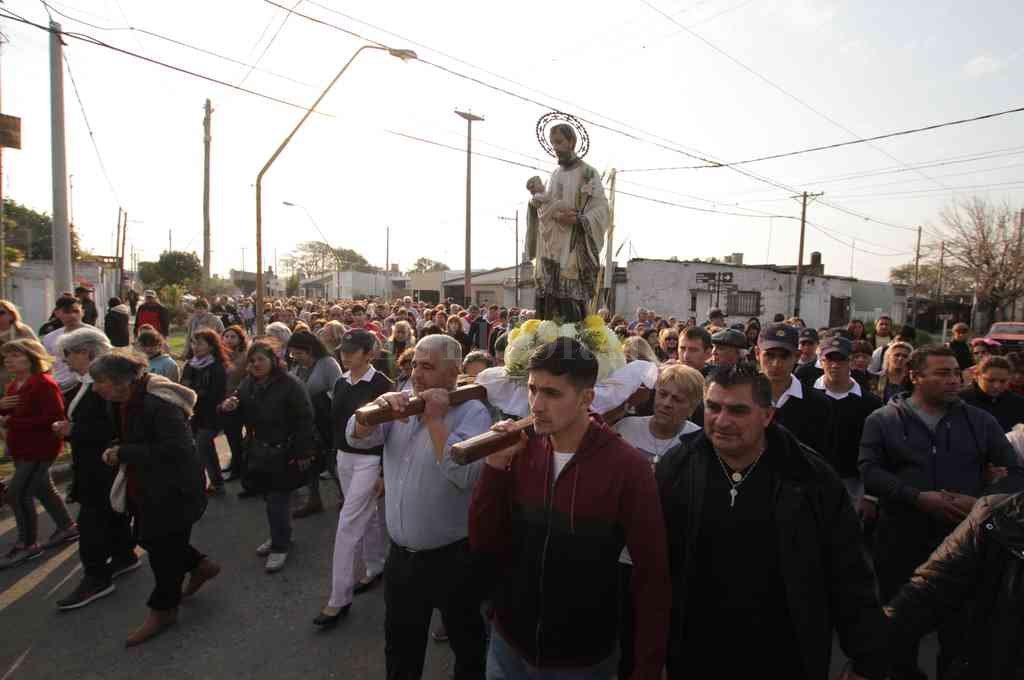 Sin contacto. Este año debido a la pandemia, la procesión fue suspendida y no habrá misa central. La imagen de San Cayetano será seguida desde los vehículos y no podrá tocarse en ningún momento.  Crédito: Pablo Aguirre