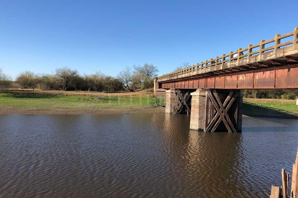 El puente fue construido en la década de 1860 y sufrió varias inundaciones, hasta que quedó inutilizado. Así luce hoy. Crédito: Gonzalo Zentner