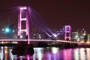 """El Puente Colgante se iluminó de blanco en homenaje a """"Queca"""" Kofman"""