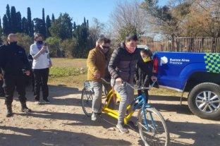 Detenidos fabricaron y donaron una bicicleta doble comando para una persona no vidente