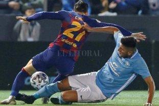 """Unión: un millón de euros por """"un partido y medio"""" - ¡Contra el Barcelona!. Se tira al piso Mariano Gómez, en el partido por la Copa del Rey, donde se quedó con las ganas de marcar a Messi. -"""