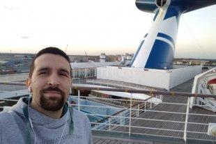 """Un baterista """"anclado"""" en Londres - En la cubierta del barco, del que sólo recientemente pudieron bajar por dos horas para ir al supermercado. -"""
