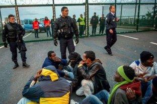Reino Unido y Francia evalúan medidas para impedir el cruce de migrantes en el Canal de la Mancha