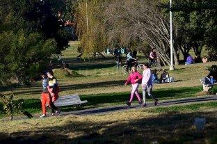 """El brote de contagios en Paraná :crónica de un descontrol anunciado - Los espacios verdes de Paraná lucían colmados, previo a que se declare la """"transmisión comunitaria"""" del virus. -"""