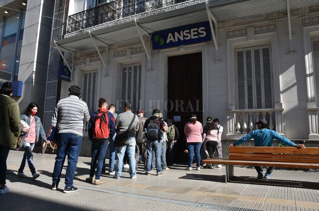 Cola de beneficiarios de planes sociales frente a la sede local de la Anses.  Crédito: Guillermo Di Salvatore