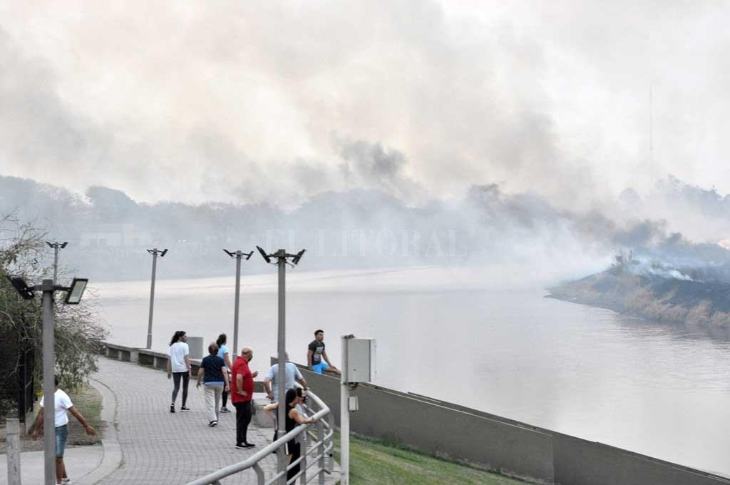 El incendio en la zona de bañados del Río Salado, frente a Santo Tomé Crédito: Manuel Alberto Fabatía