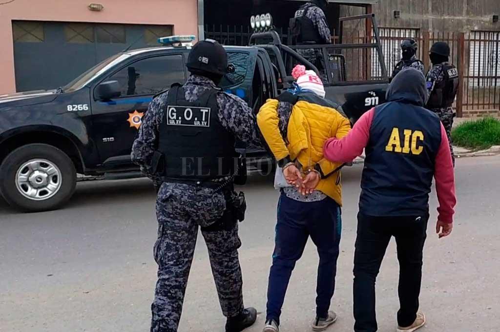 El momento en que el implicado es conducido por los pesquisas a sede policial Crédito: El Litoral