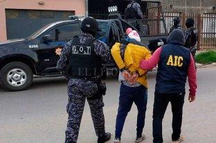 Detenido por robar   en un supermercado - El momento en que el implicado es conducido por los pesquisas a sede policial -