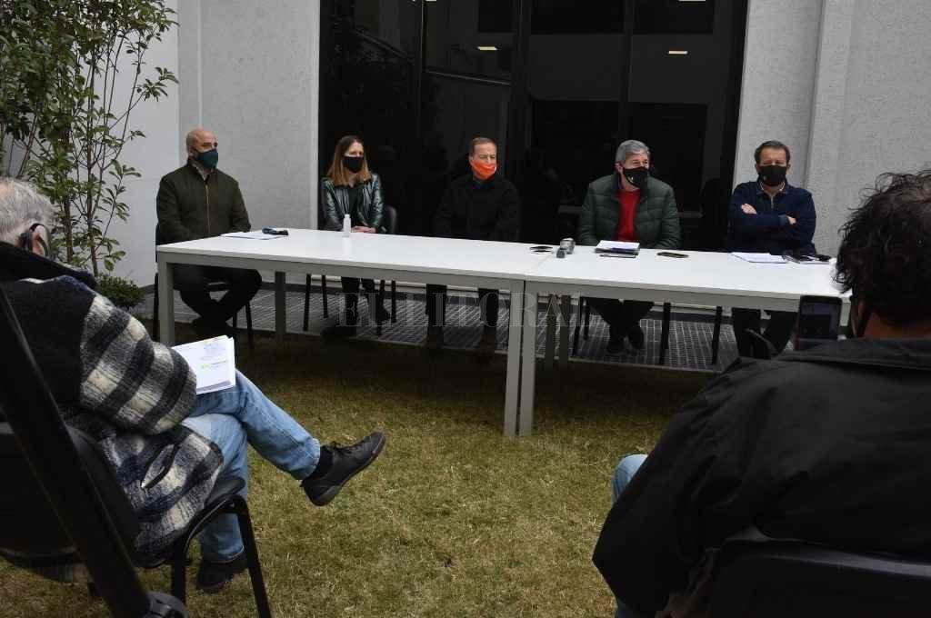 Al aire libre, en tiempos de distanciamiento, la Comisión de Diputados entregó documentación sobre Vicentin.    Crédito: Guillermo Di Salvatore