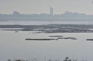 """Con la Setúbal otra vez casi """"seca"""", se espera el agua de la represa Itaipú - ¿Laguna? Setúbal. Es casi un río, con el Paraná por debajo del metro de altura. -"""