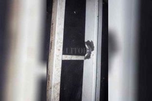 Balazo contra un comedor comunitario   - La huella del impacto de bala en la ventana revela que el tirador tenía un arma de grueso calibre.    -