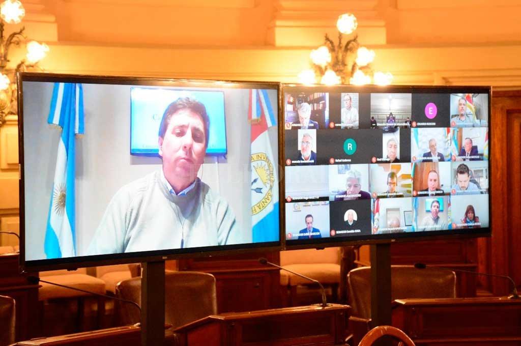 El senador Rubén Pirola (PJ-Las Colonias) expuso los cambios al proyecto de la Casa Gris. Habrá diez días clave para cualquier candidato a director en tres entes. Crédito: El Litoral
