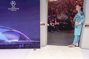 Viral: la foto de Messi abatido en la puerta del vestuario tras la derrota ante Bayern Munich