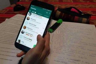 Educación en cuarentena: clases por celular y tareas por WhatsApp - Estudiar chateando. Ante la falta de dispositivos e internet, la mayoría utilizó un teléfono familiar para hacer las tareas.    -