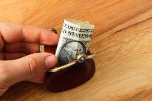 El gobierno analiza qué hacer con el cepo al dólar y apunta a los ahorristas -  -