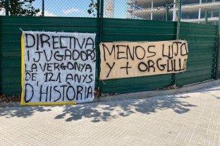 """""""Menos lujos y más orgullo"""" y """"fuera mercenarios"""", el hostil recibimiento de los hinchas del Barcelona -  -"""