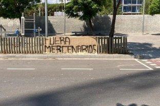 """""""Menos lujos y más orgullo"""" y """"fuera mercenarios"""", el hostil recibimiento de los hinchas del Barcelona"""