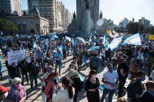 Protesta masiva al pie del Monumento