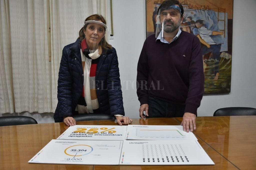 Los concejales Inés Larriera y Carlos Pereira reclaman mejoras en el parque lumínico de la ciudad. Crédito: Flavio Raina