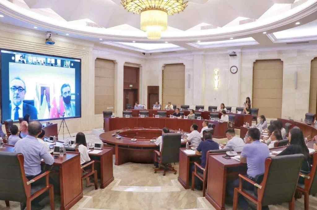 La foto fue remitida por las autoridades chinas al ministro de la Producción quien está en la pantalla presentando detalles del sistema de ganadería santafesino.   Crédito: Ministerio de Producción