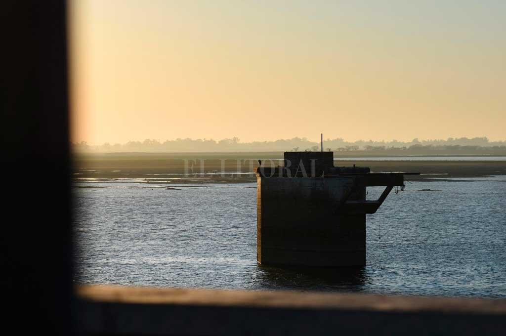 Cuando baja el río, la Laguna Setúbal pierde agua y se modifica el paisaje costero de la ciudad Crédito: Pablo Aguirre