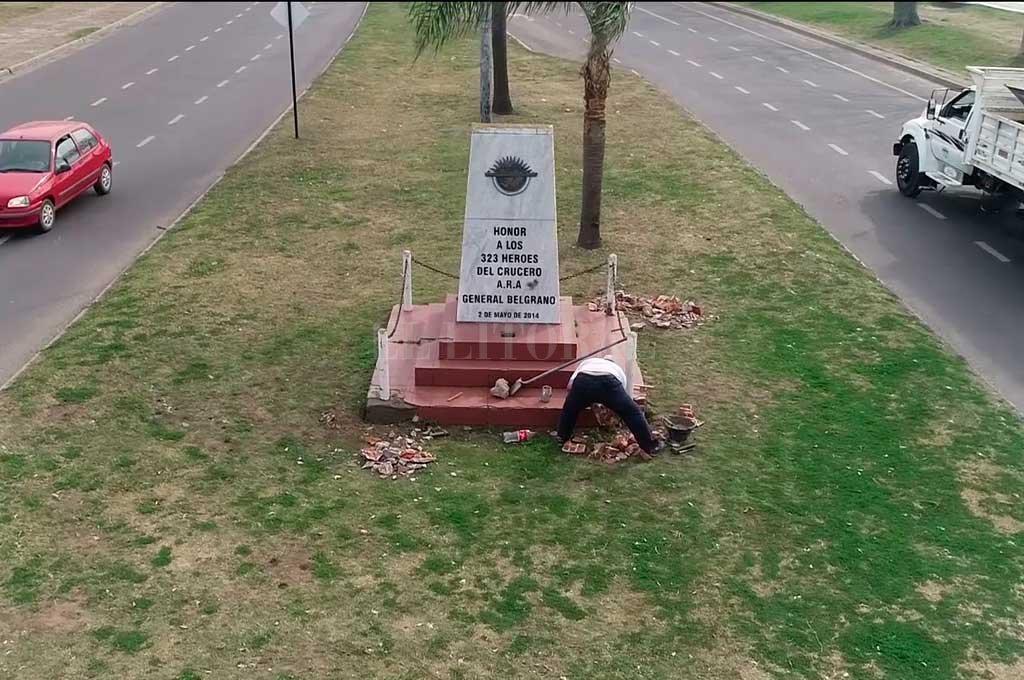 Por sus propios medios, Arteriza realiza las tareas de refacción en el monumento a los caídos. Crédito: Fernando Nicola (Drone)