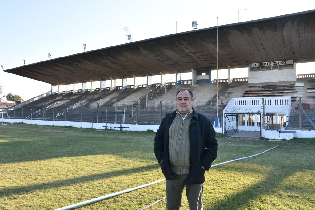 Ramón Ruglio, el actual presidente de la institución, espera el momento de la apertura de las actividades, mientras el club luce cada vez mejor en los trabajos de mantenimiento y pintura que se llevan a cabo en la actualidad. Crédito: Manuel Fabatia
