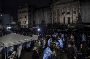Manifestantes realizan una vigilia alrededor del Congreso en contra de la reforma judicial